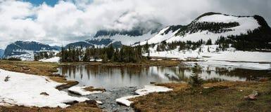 全景视图暗藏的湖,冰川国家公园 免版税库存图片