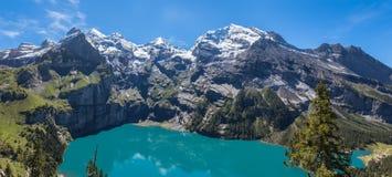 全景视图Oeschinensee (Oeschinen湖)在bernese oberla 库存图片