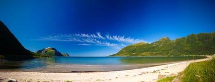 全景视图Starvika海岸线和海湾, Gildeskal,挪威 免版税图库摄影