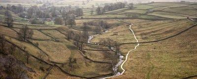 全景跑通过谷的风景小河在秋天 免版税库存图片