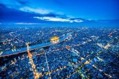 全景都市城市地平线鸟瞰图在暮色天空和氖夜下在东京,日本 库存图片