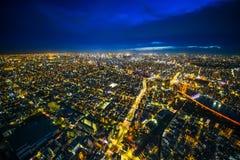 全景都市城市地平线鸟瞰图在暮色天空和氖夜下在东京,日本 库存照片