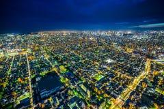 全景都市城市地平线鸟瞰图在暮色天空和氖夜下在东京,日本 免版税图库摄影
