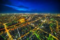 全景都市城市地平线鸟瞰图在暮色天空和氖夜下在东京,日本 图库摄影