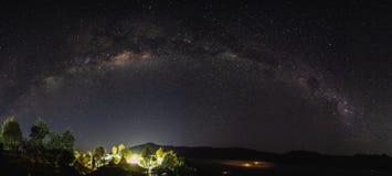 全景银河和满天星斗的天空在晚上在塞梅鲁火山国家公园,印度尼西亚 库存照片