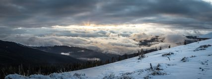 全景雪山风景 在喀尔巴阡山脉的日出在乌克兰 免版税库存图片