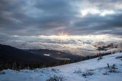 全景雪山风景 在喀尔巴阡山脉的日出在乌克兰 免版税图库摄影