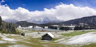 全景风景在有山的巴伐利亚和湖在冬天 库存图片