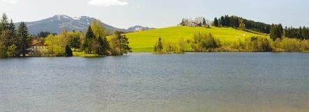 全景风景在有阿尔卑斯山的巴伐利亚 免版税图库摄影