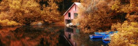 全景风景惊人的充满活力的秋天场面小船湖和b 免版税库存图片