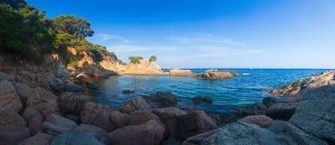 全景风景沿海在布拉瓦海岸,略雷特德马尔,西班牙 多岩石的海滩海景在地中海的 免版税库存照片