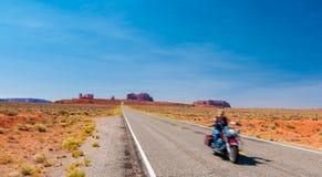 全景风景纪念碑谷风景摩托车的游人 库存照片