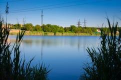 全景风景 美丽的夏天湖有多云天空背景 牛奶水 库存图片