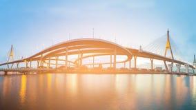 全景高速公路交叉点和吊桥河朝向 免版税库存图片