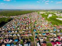 全景鸟瞰图在村庄村庄射击了在森林,郊区,村庄里 免版税库存图片