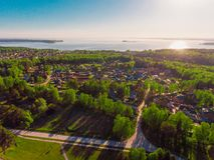 全景鸟瞰图在村庄村庄射击了在森林,郊区,村庄里 免版税库存照片