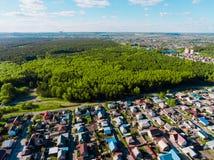 全景鸟瞰图在村庄村庄射击了在森林,郊区,村庄里 库存照片