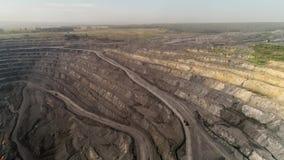 全景鸟瞰图射击了露天开采矿矿联合矿业,倾销者,挖掘农业剥离的工作 大黄色 股票录像