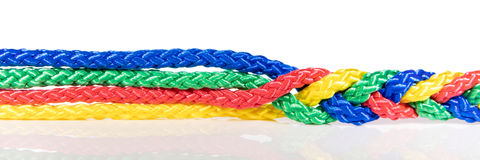 全景,五颜六色的绳索被连接,合作和内聚 免版税库存照片