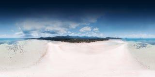 360全景,美丽的白色沙子海滩顶视图与低潮海的 免版税库存照片