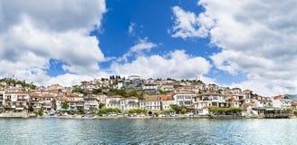 全景,联合国科教文组织被列出的镇奥赫里德的历史部分在Ohrid湖旁边位于 库存图片