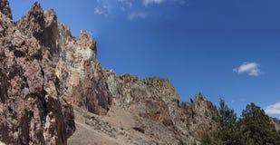 全景,崎岖的流纹岩土坎 免版税库存图片