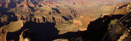 全景,黄昏视图到科罗拉多河峡谷里 免版税库存照片