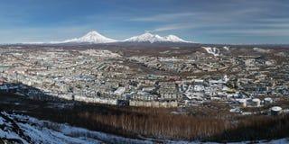 全景:城市彼得罗巴甫洛斯克Kamchatsky和火山 堪察加 库存图片