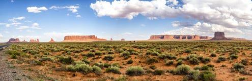 全景:路的美国Hwy 163纪念碑谷风景全景-亚利桑那, AZ 免版税库存图片
