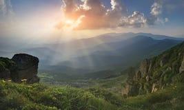 全景 喀尔巴阡山脉的山顶视图 从登上流行音乐伊冯的看法 落日的光芒 免版税库存图片
