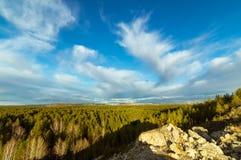 全景从小山到森林,乌拉尔, 库存照片
