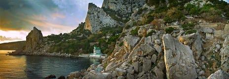 全景 小珠靠岸的 海滨由山围拢 库存图片