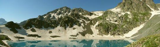 全景 山和湖 库存图片