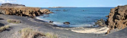 全景黑沙子海滩在Djeu 免版税库存图片