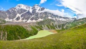全景 高山湖在北高加索 免版税库存图片