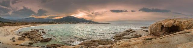 全景Algajola海滩在可西嘉岛 免版税库存照片