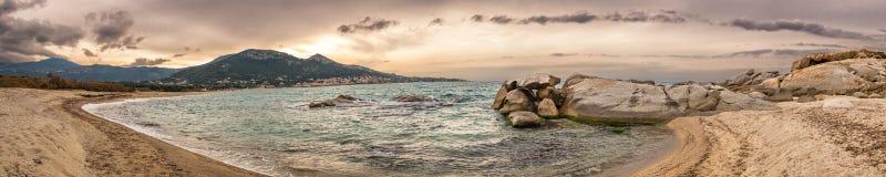 全景Algajola海滩在可西嘉岛 免版税库存图片