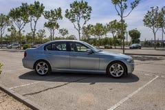 全景BMW 320D蓝色 都市的场面 免版税图库摄影