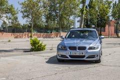 全景BMW 320D蓝色 都市的场面 免版税库存图片