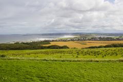 全景Castle Rock和Coleraine镇在北爱尔兰 库存图片