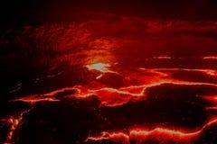 全景Erta强麦酒火山火山口,熔化的熔岩, Danakil消沉,埃塞俄比亚 免版税图库摄影