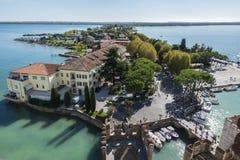 全景Garda湖 在西尔苗内意大利的看法 免版税库存图片