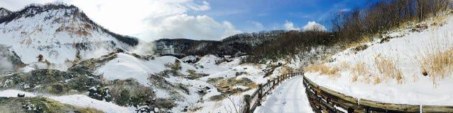 全景noboribetsu onsen自然公园雪山冬天 免版税库存照片