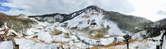 全景noboribetsu onsen自然公园雪山冬天 免版税库存图片
