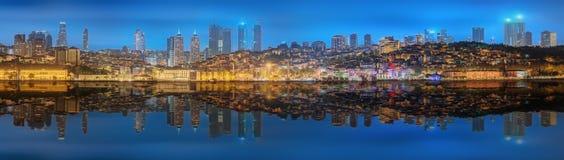 全景os伊斯坦布尔和博斯普鲁斯海峡在晚上 免版税图库摄影