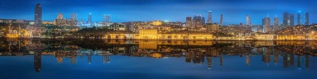 全景os伊斯坦布尔和博斯普鲁斯海峡在晚上 图库摄影