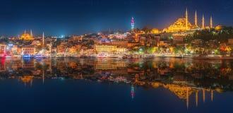 全景os伊斯坦布尔和博斯普鲁斯海峡在晚上 免版税库存图片