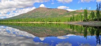 全景Putorana高原的山湖 免版税图库摄影