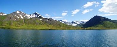 全景Skagafjordur东部海岸线在有多雪的山的冰岛北部在背景中 库存照片