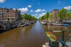 全景vieuw在阿姆斯特丹的历史中心,横渡几条运河 图库摄影